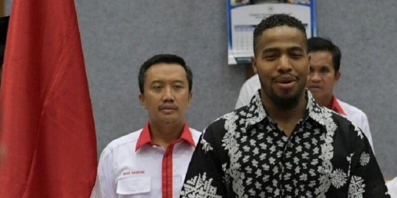 Pebasket Amerika Serikat, Anthony Wayne Cates Jr (mengenakan batik) hadir dalam rapat kerja dengan Menpora Imam Nahrawi dan komisi X DPR di Jakarta, Senin (11/9/2017).