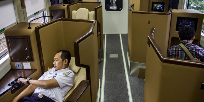 Petugas KAI mencoba fasilitas yang terdapat di dalam gerbong kereta mewah jenis sleeper di Jakarta, Selasa (12/6/2018). PT Kereta Api Indonesia mengoperasikan gerbong kereta jenis sleeper kapasitas 18 kursi di rangkaian KA Argo Anggrek Jakarta-Surabaya dengan fasilitas kursi yang dapat direbahkan 170 derajat secara elektrik, sandaran kaki elektrik dan televisi.