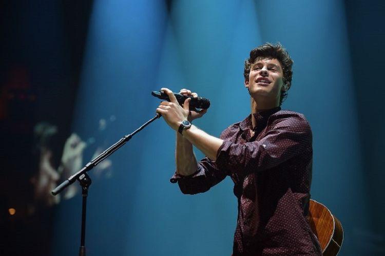 Artis musik Shawn Mendes tampil dalam sebuah konser di American Airlines Arena di Miami, Florida, AS, pada 26 Juli 2017.