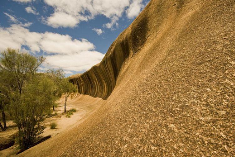 Wave Rock, sebuah formasi batuan yang menyerupai ombak yang siap menerjang.