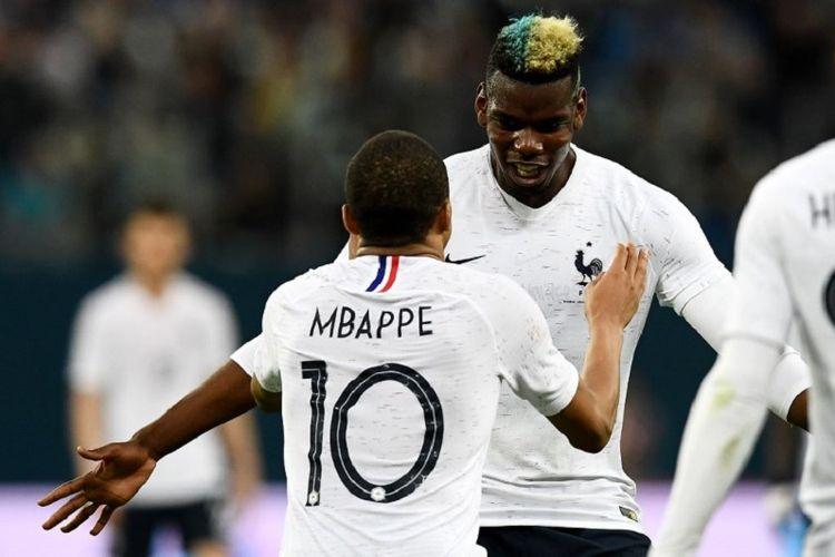 Kylian Mbappe dan Paul Pogba merayakan gol Perancis ke gawang Rusia pada laga uji coba di Saint-Petersburg, Selasa (27/3/2018).
