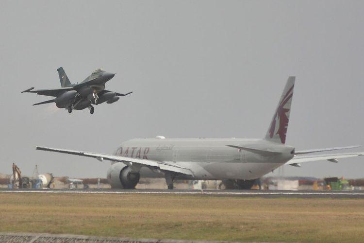 Pesawat tempur F-16 lepas landas menuju Darwin, Australia, untuk mengikuti Exercise Pitch Black Royal Australian Air Force di Bandara Internasional I Gusti Ngurah Rai, Bali, Kamis (26/7/2018). Sebanyak delapan unit pesawat tempur F-16 dari Skuadron Udara 3 Lanud Iswahjudi serta penerbang dan ground crew yang diangkut menggunakan tiga pesawat Hercules berangkat menuju Australia untuk mengikuti latihan terbesar angkatan udara Australia yang melibatkan sejumlah negara pada 30 Juli hingga 17 Agustus 2018.