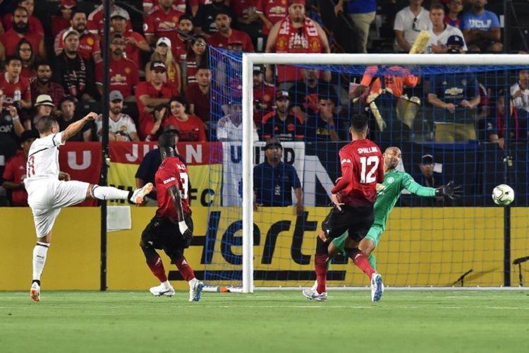 Winger AC Milan, Suso (kiri), menendang bola yang menghasilkan gol ke gawang Manchester United dalam partai International Champions Cup di Stadion StubHub Center, Carson, 25 Juli 2018.