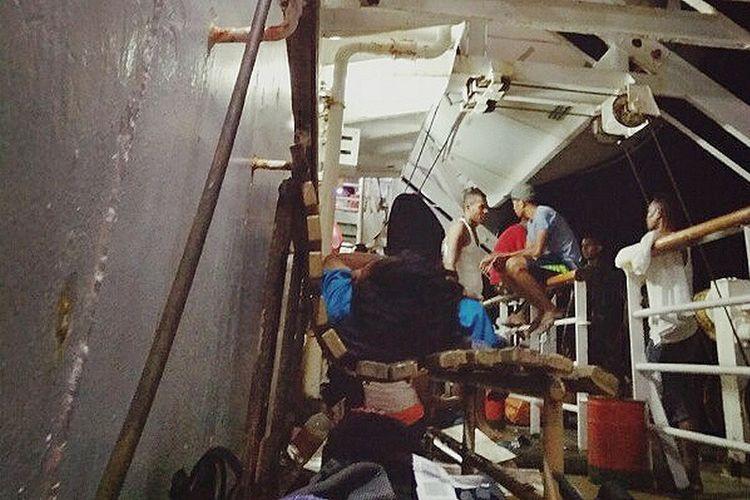 Penumpang tertidur di kursi saat berada di KM Leuser PT Pelni dari Ambon menuju Banda Neira.