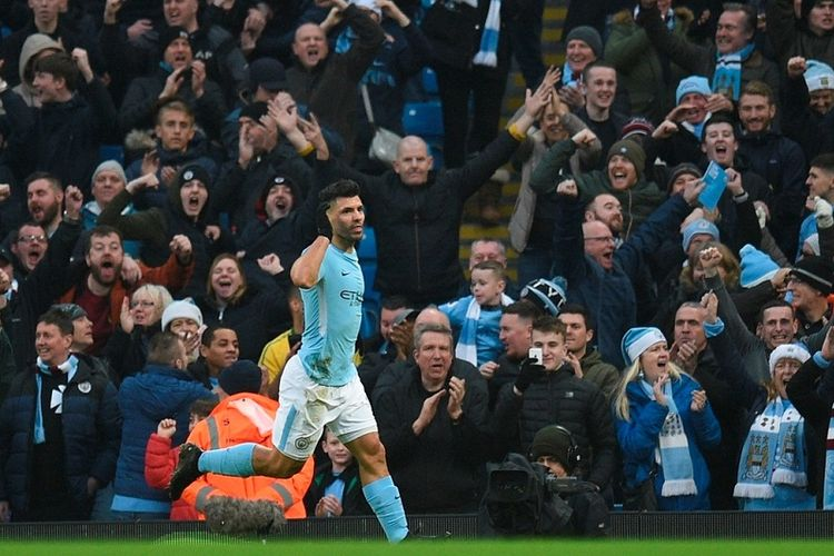 Striker Manchester City, Sergio Aguero, merayakan gol yang dia cetak ke gawang Bournemouth dalam laga Liga Inggris di Stadion Etihad, Manchester, pada 23 Desember 2017.