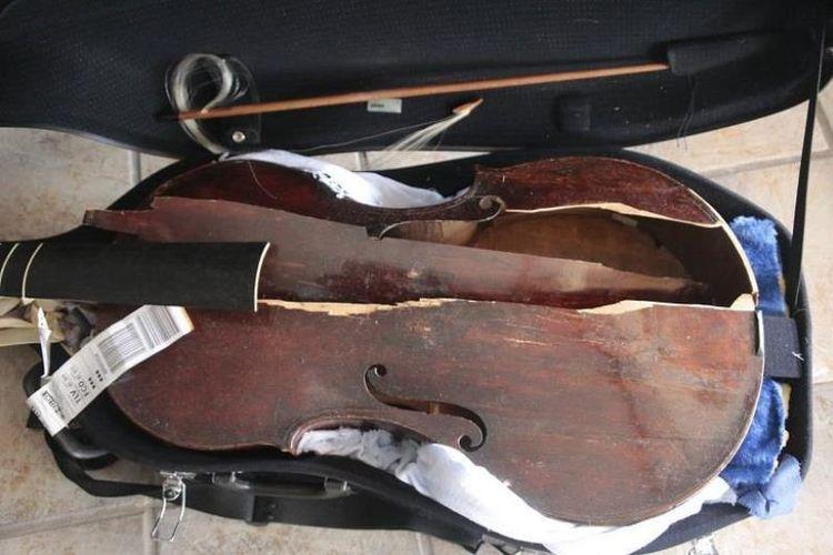 Alat musik viola da gamba milik Myrna Herzog yang dibuat pada abad ke-17 itu hancur setelah disimpan di bagasi pesawat selama penerbangan.