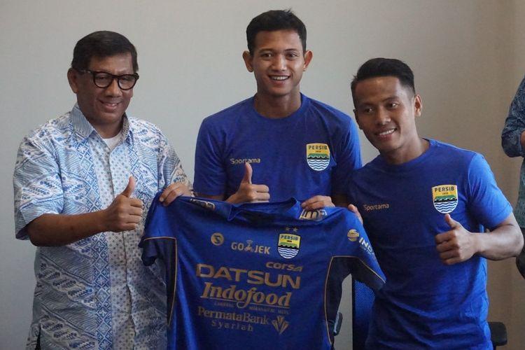 Komisaris PT Persib Bandung Bermartabat Kuswara S Taryono saat memperkenalkan dua pemain baru Persib Muchlis Hadi dan Gozali Siregar di Graha Persib, Jalan Sulanjana, Jumat (2/2/2018).