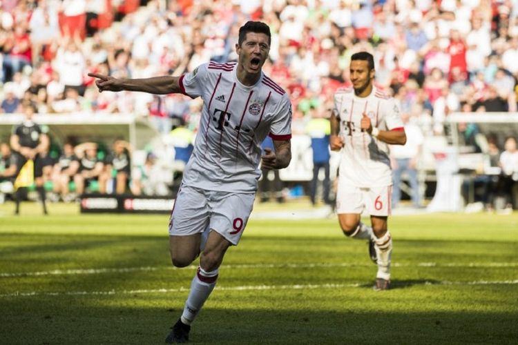 Robert Lewandowski merayakan gol Bayern Muenchen pada pertandingan Bundesliga di kandang Hannover 96, Sabtu (22/4/2018).