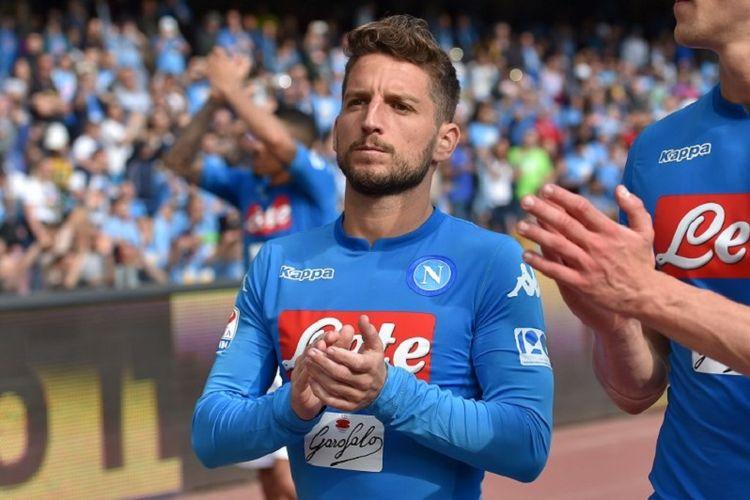 Dries Mertens membalas dukungan penonton di Stadion San Paolo seusai laga Serie A antara Napoli dan Torino, 6 Mei 2018.