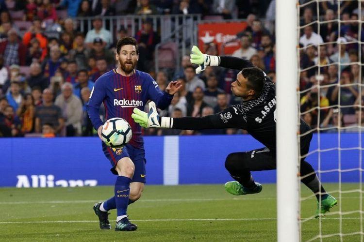Kiper Villarreal, Sergio Asenjo, mencoba mengantisipasi tendangan penyerang Barcelona, Lionel Messi, pada pertandingan La Liga Spanyol di Stadion Camp Nou, 9 Mei 2018.