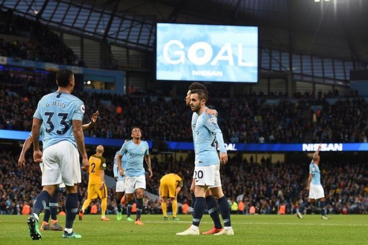 Bernardo Silva merayakan gol Manchester City ke gawang Brighton & Hove Albion pada pertandingan Premier League di Stadion Etihad, 9 Mei 2018.