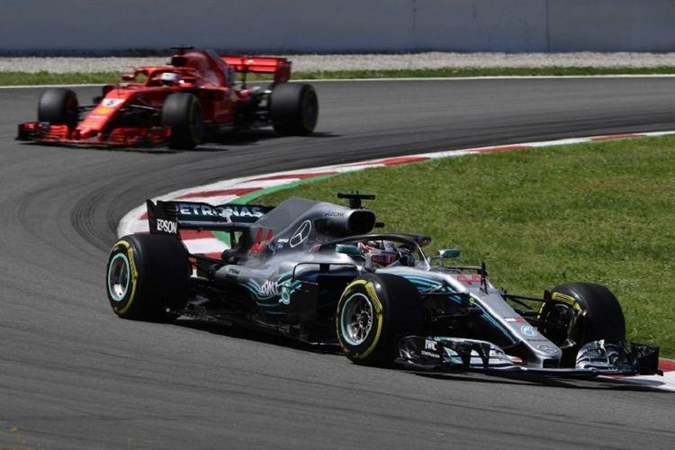 Lewis Hamilton beradu kencang dengan Sebastian Vettel pada balapan GP Spanyol di Barcelona, 13 Mei 2018.
