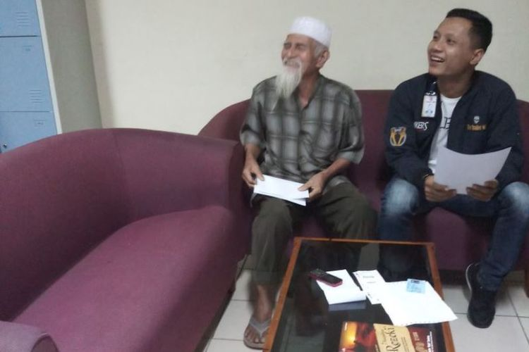 Dasril Bakri (71), seorang penumpang pesawat Lion Air di Bandara Sultan Syarif Kasim (SSK) II Pekanbaru, Riau, diamankan petugas Avsec, Rabu (16/5/2018), karena mengaku sebagai teroris.