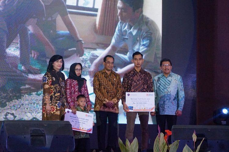 Kemenhub memberikan bantuan kepada keluarga petugas jalan tol yang mengalami kecelakaan saat bertugas berupa uang santunan di Gedung Pancagatra Dwiwarna Purwa, Jakarta, Jumat (6/7/2018).