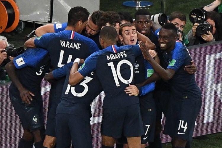 Para pemain Perancis merayakan gol Samuel Umtiti ke gawang Belgia pada pertandingan semifinal Piala Dunia 2018 di St. Petersburg, 10 Juli 2018.