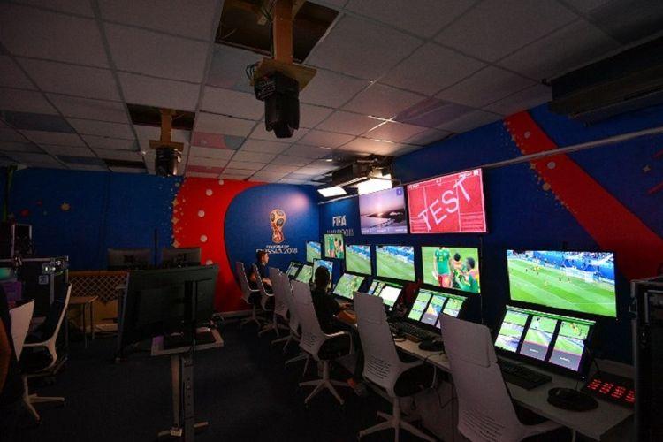 Situasi ruang kontrol Video Assistant Referee (VAR) di International Broadcast Centre (IBC), Moskwa, pada 9 Juni 2018.
