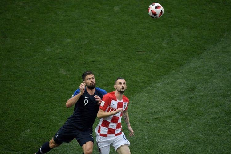 Olivier Giroud dan Marcelo Brozovic mencoba mengantisipasi bola udara dalam laga Perancis vs Kroasia pada final Piala Dunia 2018 di Stadion Luzhniki, 15 Juli 2018.
