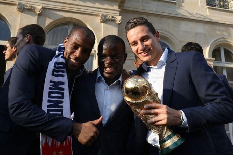 Djibril Sidibe, NGolo Kante, dan Florian Thauvin berpose di Elysee Presidential Palace dalam perayaan keberhasilan Perancis menjadi juara Piala Dunia 2018, 16 Juli 2018.