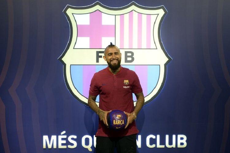 Arturo Vidal berpose di Stadion Camp Nou seusai Barcelona dan Bayern Muenchen sepakat soal harga transfer pemain, 5 Agustus 2018.