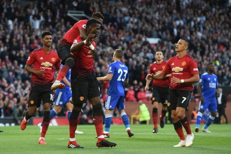 Marcus Rashford, Fred, dan Alexis Sanchez merayakan gol Paul Pogba ke gawang Leicester City pada pertandingan Premier League di Old Trafford, 10 Agustus 2018.