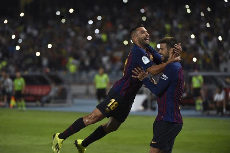 Gerard Pique dan Jordi Alba merayakan gol Barcelona ke gawang Sevilla pada laga Piala Super Spanyol di Stadion Ibn Batouta, 12 Agustus 2018.