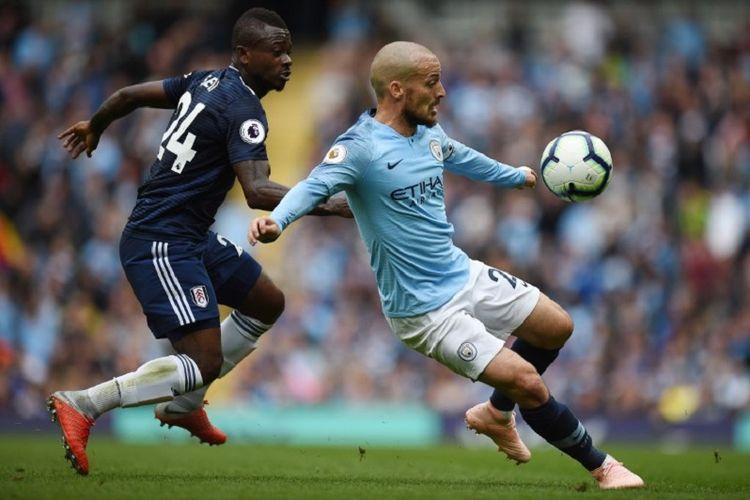David Silva mendapat pengawalan ketat dari Jean Michael Serri pada laga Manchester City vs Fulham dalam lanjutan pekan ke-5 Premier League, 15 September 2018.
