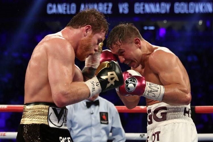 Gennady Golovkin (kanan) bertarung melawan Canelo Alvarez pada pertandingan memperebutkan sabuk juara kelas menengah versi WBC dan WBA di T-Mobile Arena, 15 September 2018.