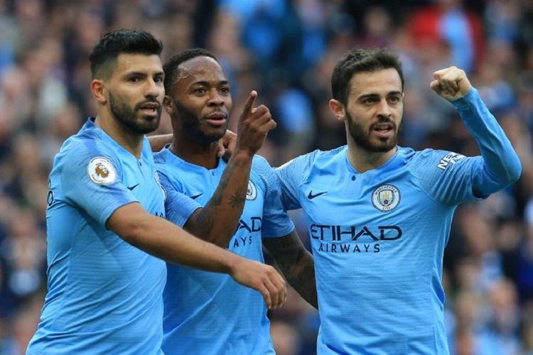Sergio Aguero, Raheem Sterling, dan Bernardo Silva merayakan gol Manchester City ke gawang Brighton & Hove Albion pada pertandingan Premier League di Stadion Etihad, 29 September 2018.