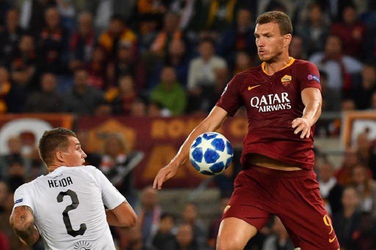 Lukas Hejda mencoba menahan laju Edin Dzeko saat AS Roma vs Viktoria Plzen beradu dalam lanjutan Liga Champions di Stadion Olimpico, 2 Oktober 2018.