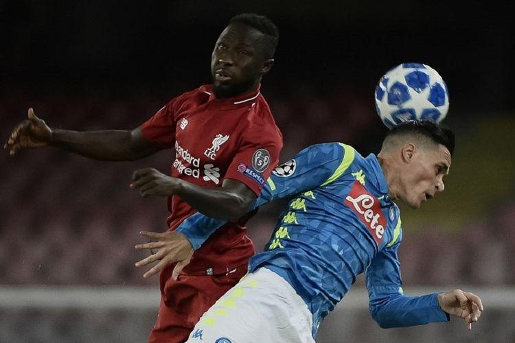 Naby Keita dan Jose Callejon berduel di udara saat Napoli vs Liverpool beradu dalam lanjutan Liga Champions di Stadion San Paolo, 3 Oktober 2018.