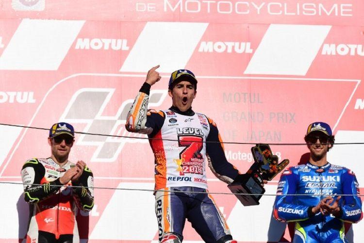 Cal Crutchlow dan Alex Rins menyaksikan perayaan juara Marc Marquez pada GP Jepang, 21 Oktober 2018.