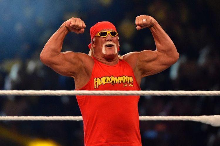 Legenda gulat Hulk Hogan menyapa penonton dalam perhelatan World Wrestling Entertainment (WWE) Crown Jeweldi King Saud University Stadium di Riyadh, Jumat (2/11/2018). (AFP/Fayez Nureldine)