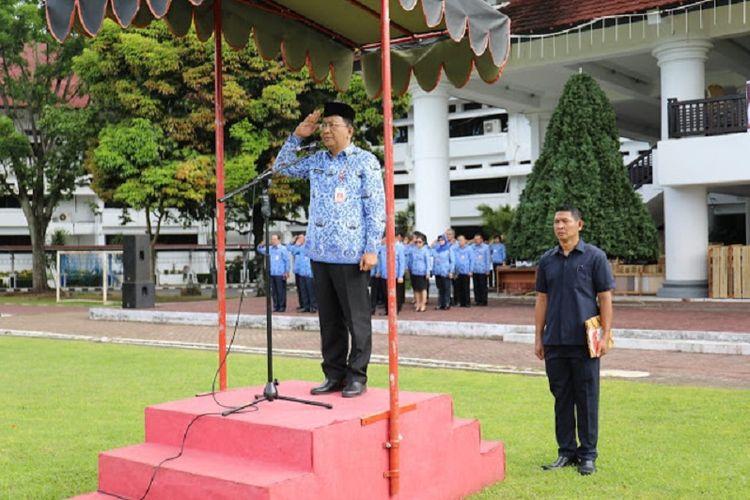 Sekretaris Provinsi Sulawesi Utara Edwin Silangen bertindak sebagai Inspektur Upacara pada apel bersama menyambut hari ulang tahun (HUT) Korps Pegawai Republik Indonesia (Korpri) ke-47.