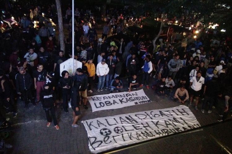 Ratusan Bobotoh melakukan aksi unjuk rasa di halaman kantor Persib, Jalan Sulanjana, Senin (4/2/2019).