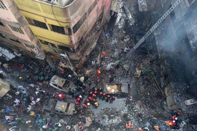 Petugas pemadam kebakaran terlihat di lokasi kebakaran di Dhaka, Bangladesh, pada Kamis (21/2/2019). (AFP/MUNIR UZ ZAMAN).