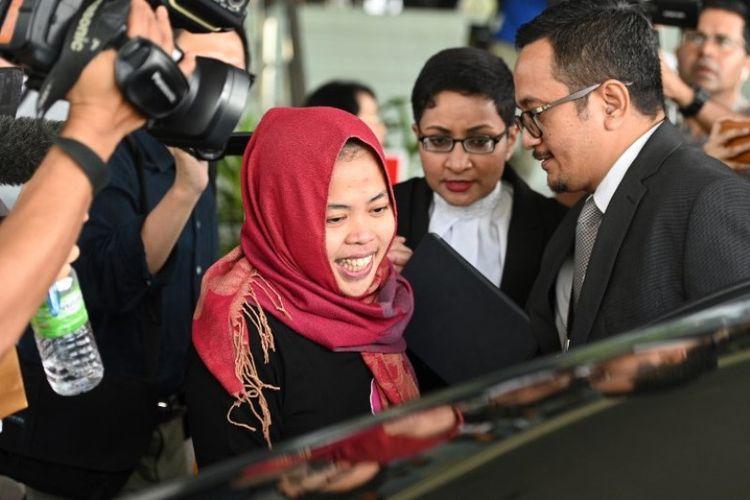 Siti Aisyah nampak tersenyum ketika meninggalkan Pengadilan Tinggi Shah Alam, Malaysia, pada Senin (11/3/2019). (AFP/MOH RASFAN).