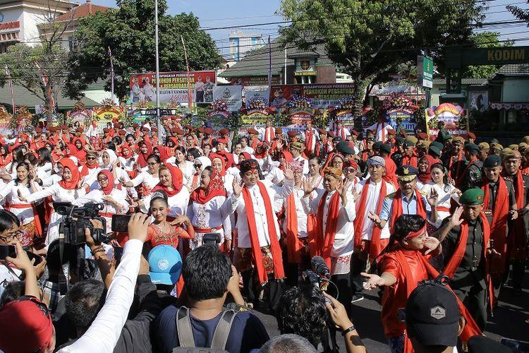 Wali Kota Semarang Hendrar Prihadi ikut joged bareng Goyang Semarangan yang diikuti ribuan peserta di sepanjang Jalan Pemuda, Kota Semarang, Kamis (2/5/2019).