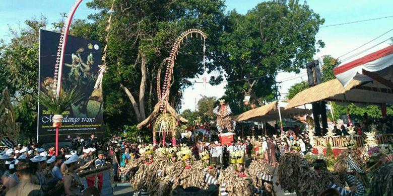 Pawai Pesta Kesenian Bali (PKB) ke-39 digelar di Jalan Raya Puputan, Denpasar, Bali, Sabtu (10/6/2017). Pelepasan pawai dilakukan oleh Menteri Dalam Negeri Tjahjo Kumolo menggantikan Presiden Joko Widodo yang berhalangan hadir. Hadir pula partisipan dari Provinsi Nusa Tenggara Timur, perwakilan negara Timor Leste, dan India. PKB berlangsung selama sebulan penuh di Taman Budaya Bali atau Art Center dari 10 Juni hingga 8 Juli 2017.