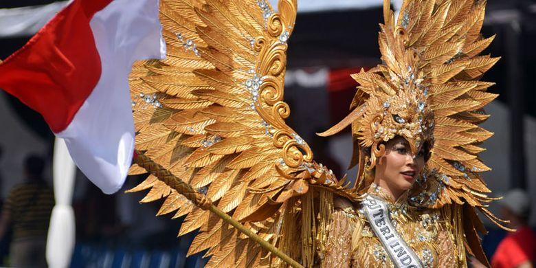 Putri Indonesia 2017 Bunga Jelitha Ibrani mengenakan kostum Garuda Emas saat tampil di Jember Fashion Carnaval (JFC) ke-16 di Jember, Jawa Timur, Minggu (13/8/2017). JFC ke-16 bertema Victory atau Kemenangan menampilkan delapan defile yang kostumnya pernah memenangkan kostum terbaik di sejumlah kontes dunia, seperti kostum Borobudur, Bali, dan Borneo.