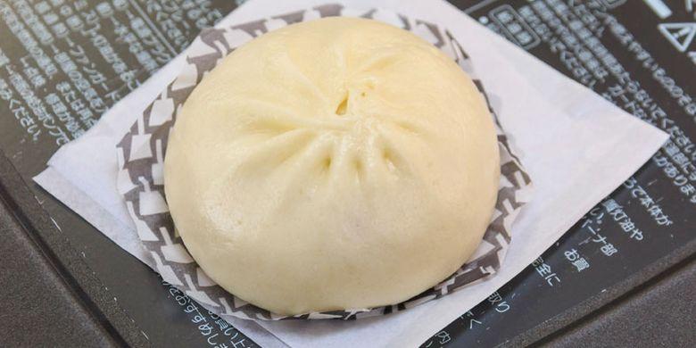 Bakpao rasa Monja (sejenis bakwan Jepang) di toko oleh-oleh Isagoya, Prefektur Gunma, Jepang.