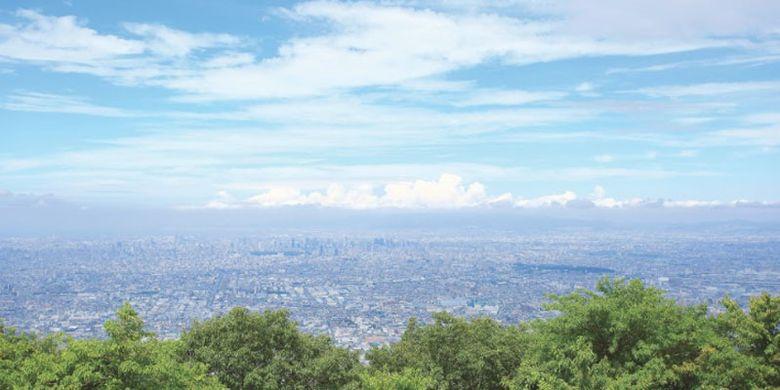 Pemandangan dari Gunung Ikoma, gunung yang terbentang sepanjang perbatasan Prefektur Nara dan Prefektur Osaka, Jepang.