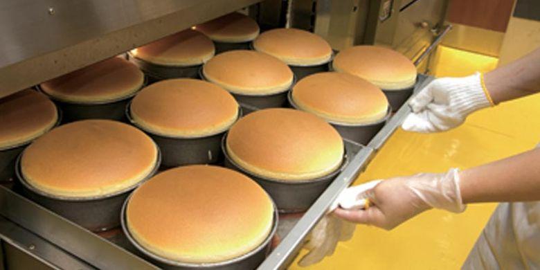 Pemanggangan cheesecake memakan waktu sekitar 45 menit. Setelah matang dan diangkat dari oven, cheesecake langsung dijual.