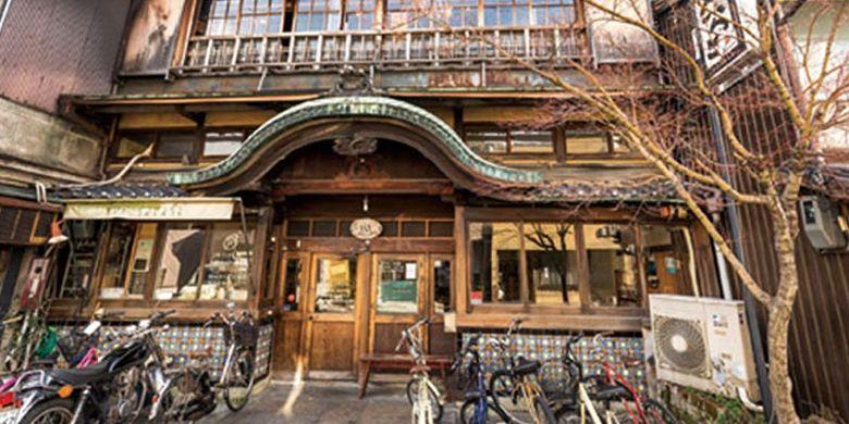 Bagian atap rumah berbentuk Karahafu (bentuk seperti ombak) memberi kesan yang kuat bagi pengunjung. Ini adalah Sarasa Nishijin, retro kafe di Kyoto, Jepang.