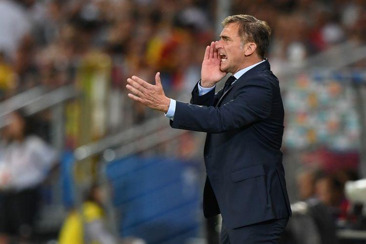 Pelatih Jerman, Stefan Kuntz, memberikan instruksi kepada anak asuhnya dalam pertandingan final Piala Eropa U-21 melawan Spanyol pada 30 Juni 2017.