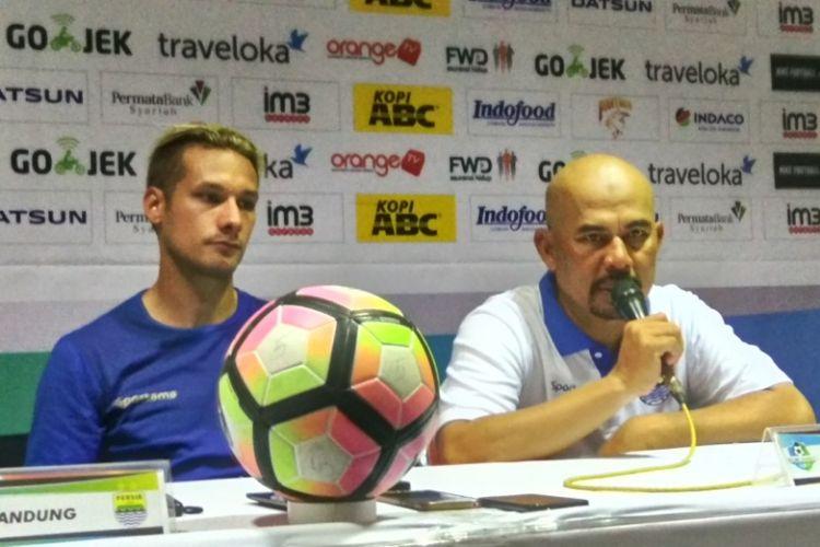 Caretaker Persib Bandung Herrie Jose Setyawan bersama Raphael Maitimo saat diwawancarai usai laga kontra PS TNI di Stadion Si Jalak Harupat, Sabtu (5/8/2017).