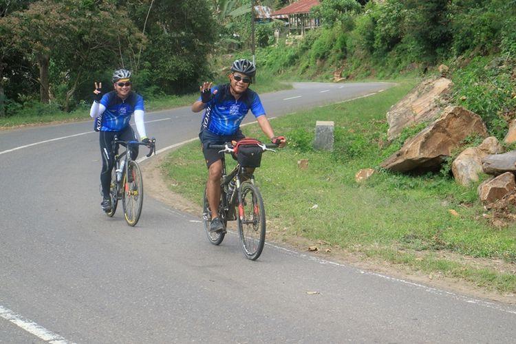 Peserta Jelajah Sepeda Flores memasuki etape II dengan rute Kelimutu-Riung, Nusa Tenggara Timur, Minggu (13/8/2017).
