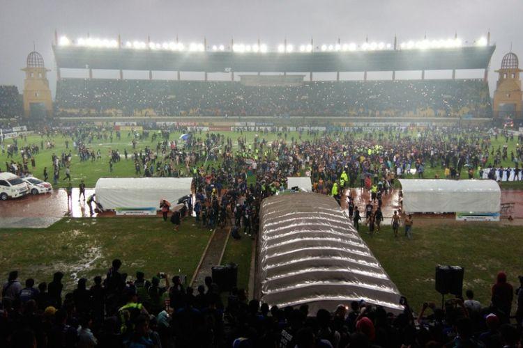 Puluhan ribu bobotoh saat turun ke lapangan Stadion Si Jalak Harupat usai laga Persib kontra Perseru Serui, Minggu (12/11/2017). Dalam laga itu, Persib kalah 0-2.