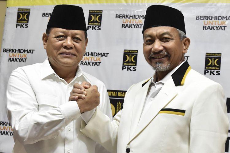 Bakal calon gubernur dan wakil gubernur dari Partai Keadilan Sejahtera untuk Jawa Barat, Sudrajat (kiri) dan Ahmad Syaikhu (kanan) berpose usai pengumuman pencalonan di Kantor DPP PKS, Jakarta,Rabu (27/12). PKS berkoalisi dengan Gerindra dan PAN mengusung Sudrajat-Ahmad Syaikhu untuk Pilgub Jawa Barat, mantan Menteri ESDM Sudirman Said untuk Pilgub Jawa Tengah, Letjen Edy Rahmayadi dan Musa Rajeckshah untuk Pilgub Sumatera Utara, Isran Noor dan Hadi Mulyadi untuk Pilgub Kalimantan Timur, dan Muhamad Kasuba dan Majid Husen untuk Pilgub Maluku Utara. ANTARA FOTO/Puspa Perwitasari/foc/17.