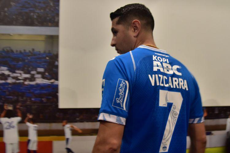 Gelandang anyar Persib Bandung Esteban Vizcarra saat mengenakan nomor punggung 7 di Graha Persib, Jalan Sulanjana, Jumat (18/1/2019).