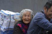 Sambil Bekerja, Pria Ini Bawa Serta Ibunya yang Menderita Alzheimer